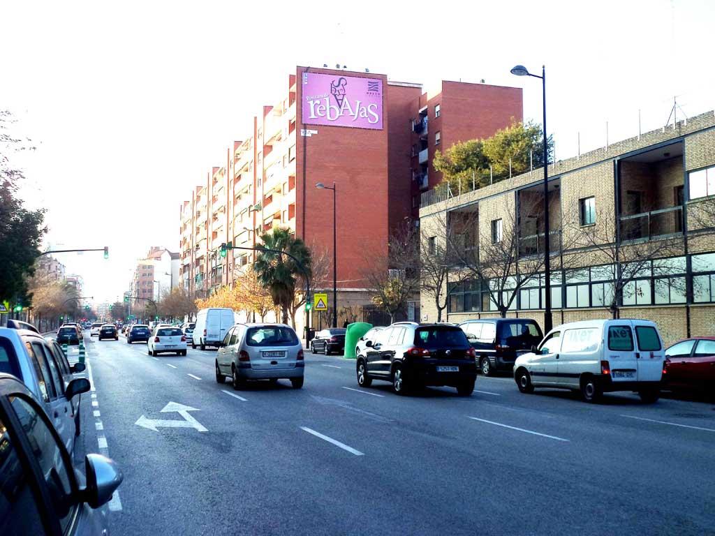 Publicidad Exterior: Pym en Valencia para NUEVO CENTRO, ubicado en pared medianera de un céntrico edificio