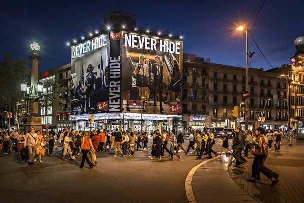 Publicidad Exterior: Lona Publicitaria en Barcelona para RAY BAN, ubicada en la fachada de un céntrico edificio de Plaza Catalunya