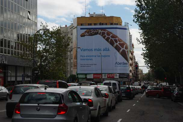 Publicidad Exterior: Lona Publicitaria en Madrid ABERDEEN, ubicada en la fachada de un céntrico edificio