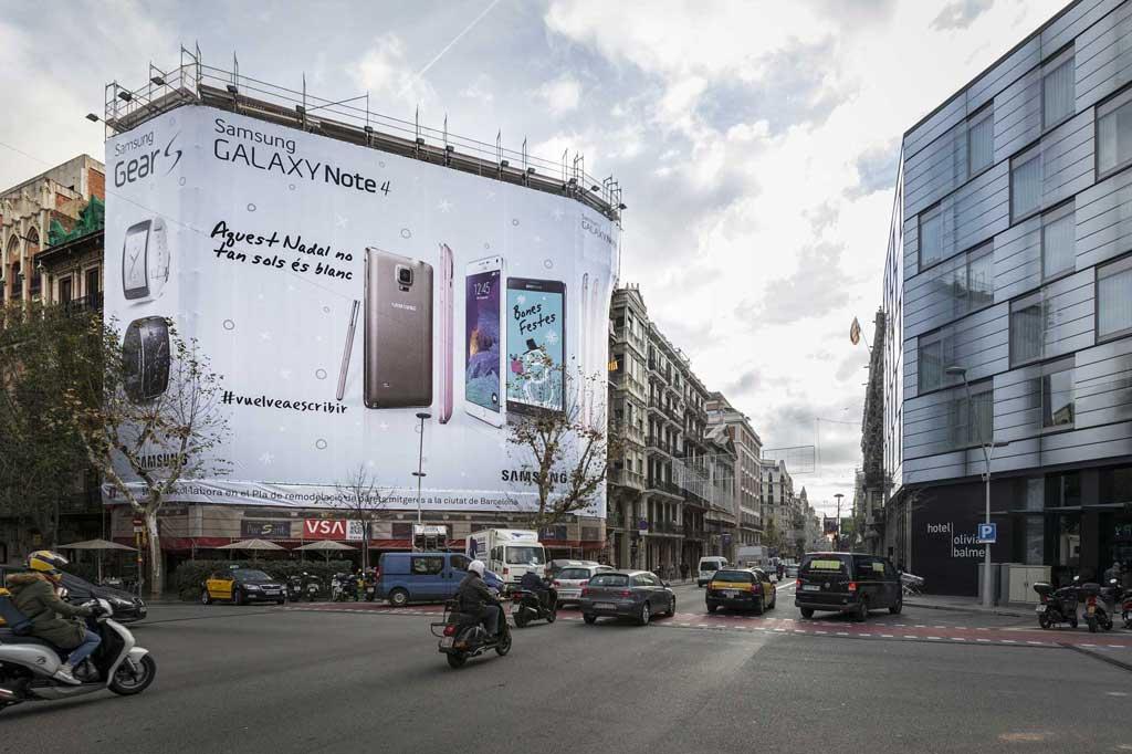 Publicidad Exterior: Lona Publicitaria en Barcelona para SAMSUNG GALAXY NOTE 4, ubicada en la fachada de un céntrico edificio