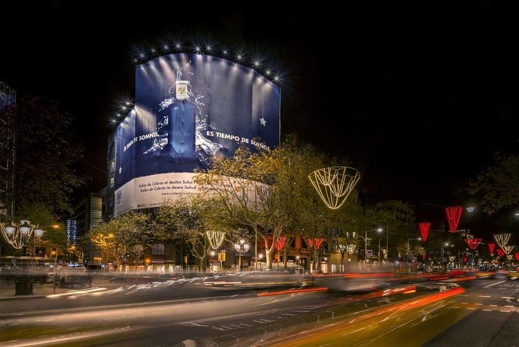 Publicidad Exterior: Lona Publicitaria en Barcelona para SOLAN de CABRAS, ubicada en la fachada de un céntrico edificio de Paseo de Gracia