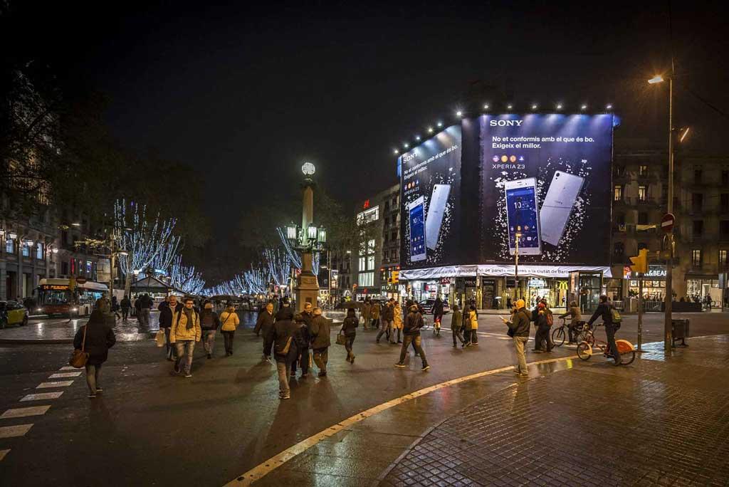 Publicidad Exterior: Lona Publicitaria en Barcelona para SONY XPERIA Z3, ubicada en la fachada de un céntrico edificio de Plaza Catalunya