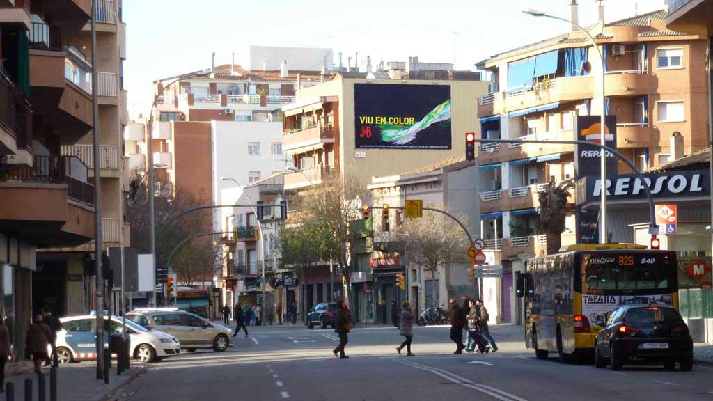 Publicidad Exterior: Circuito URVAN para J&B. Campaña de comunicación con Pym's ubicados en las fachadas de céntricos edificios de Barcelona