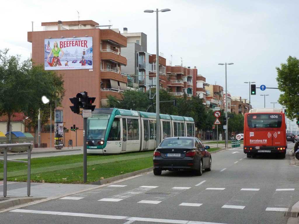 Publicidad Exterior: Circuito URVAN para BEEFEATER. Campaña de comunicación con Pym's ubicados en las fachadas de céntricos edificios de Barcelona, Madrid y Valencia