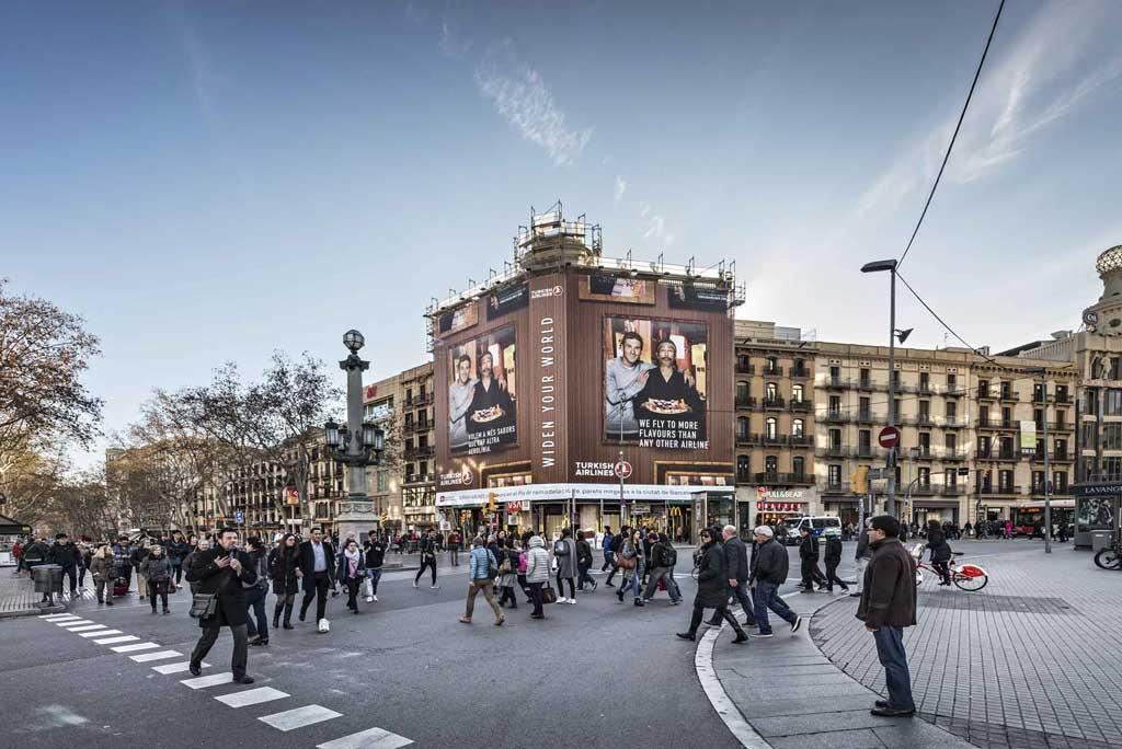 Publicidad Exterior: Lona Publicitaria en Barcelona para TURKISH AIRLINES, ubicada en la fachada de un céntrico edificio de Plaza Catalunya