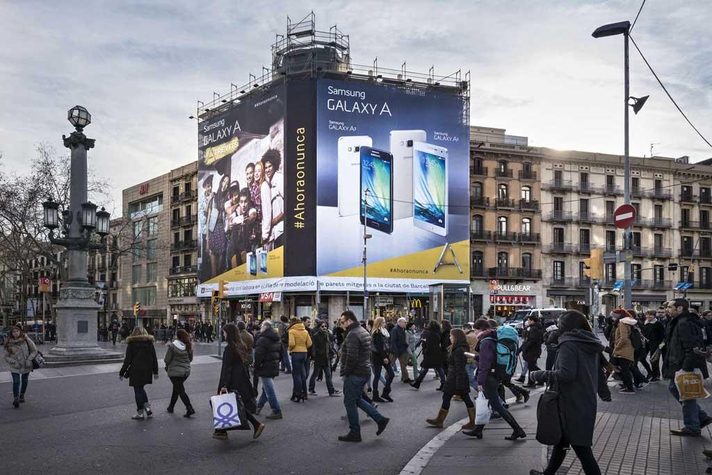 Publicidad Exterior: Lona Publicitaria en Barcelona para SAMSUNG, ubicada en la fachada de un céntrico edificio de la Calle Pelayo