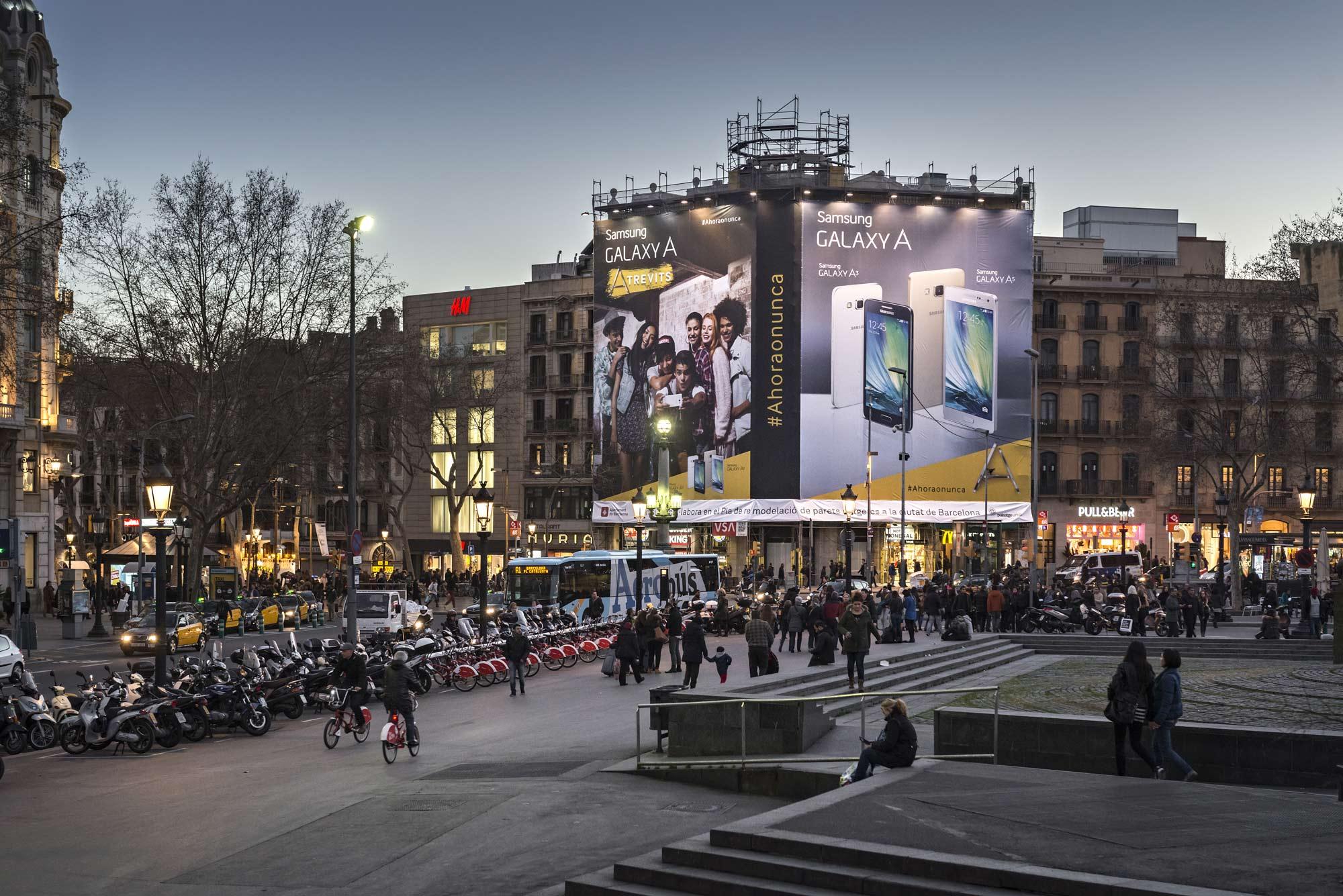 lona-publicitaria-barcelona-samsung-galaxy-A-pelayo-noche-vsa-comunicacion