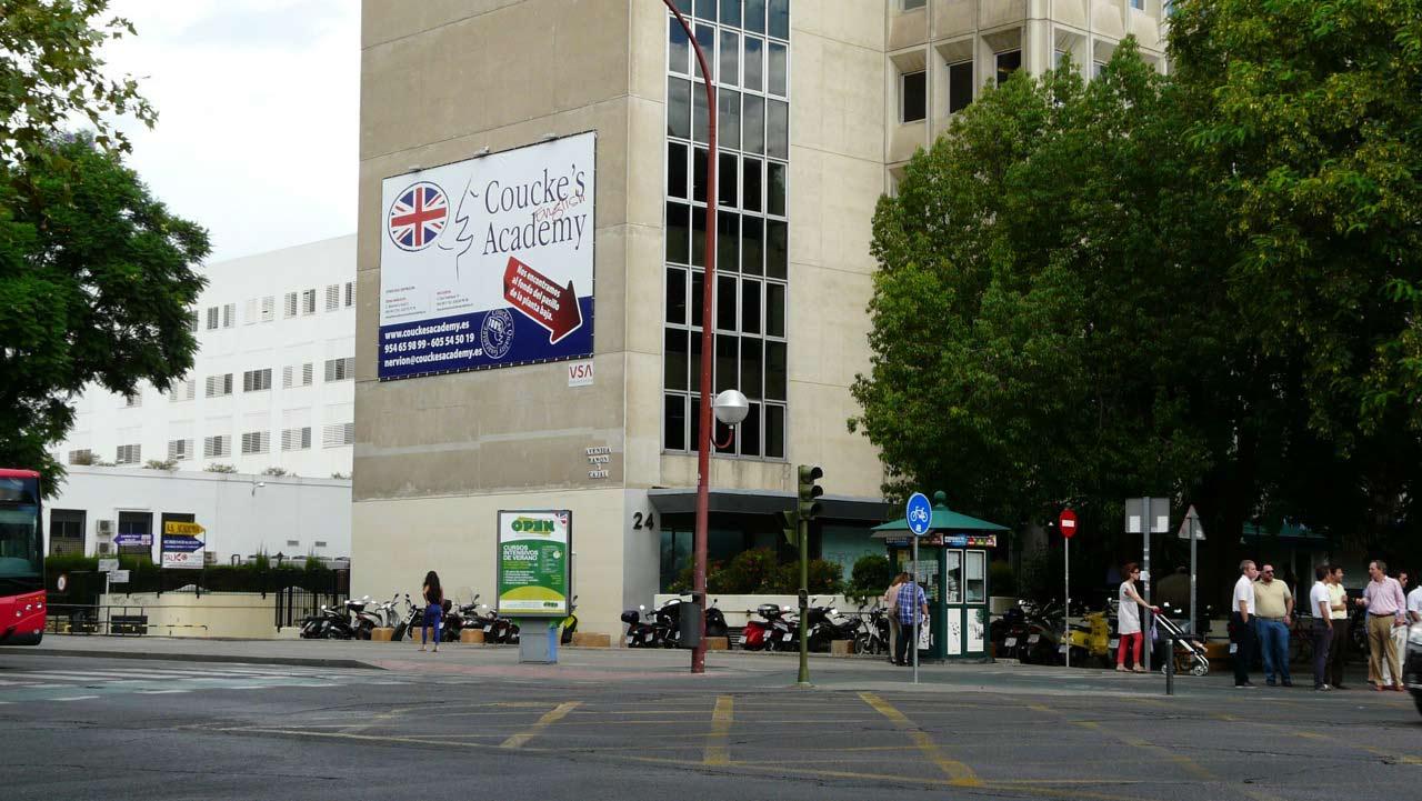Publicidad Exterior: Pym en Sevilla para COUCKE'S ACADEMY, ubicado en pared medianera de un céntrico edificio