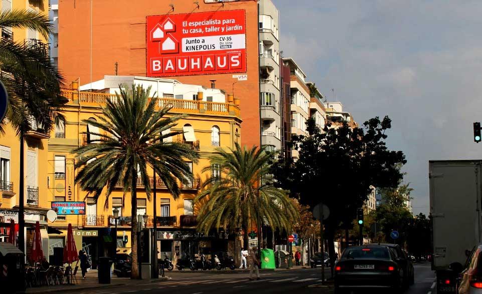 Publicidad Exterior: Pym en Valencia para BAUHAUS, ubicado en una pared medianera de un céntrico edificio