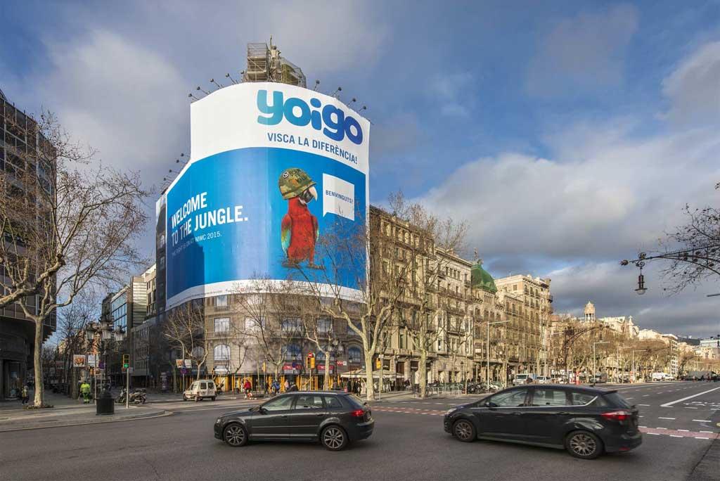 Publicidad Exterior: Lona Publicitaria en Barcelona para YOIGO, ubicada en la fachada de un céntrico edificio en Paseo de Gracia