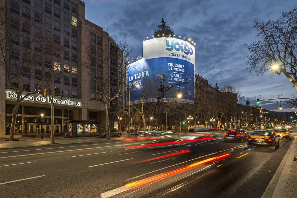 Publicidad Exterior: Lona Publicitaria en Barcelona para YOIGO, ubicada en la fachada de un céntrico edificio
