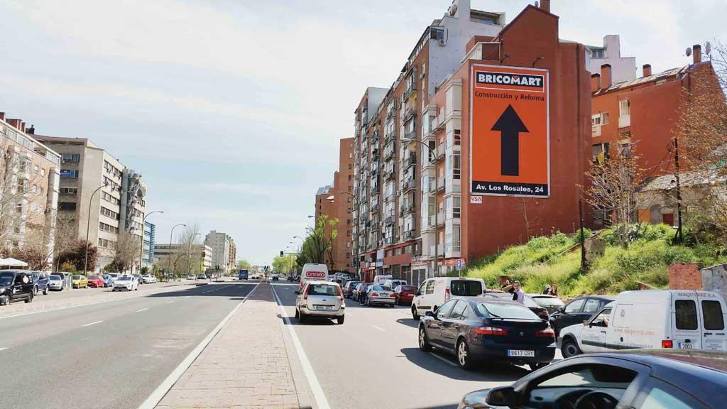 Publicidad Exterior: Pym en Madrid para BRICOMART, ubicado en pared medianera de un céntrico edificio