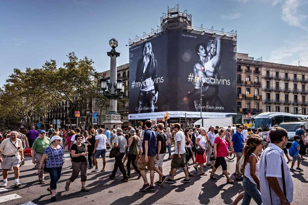 lona-publicitaria-barcelona-calvin-klein-jeans-pelayo-vsa-comunicacion