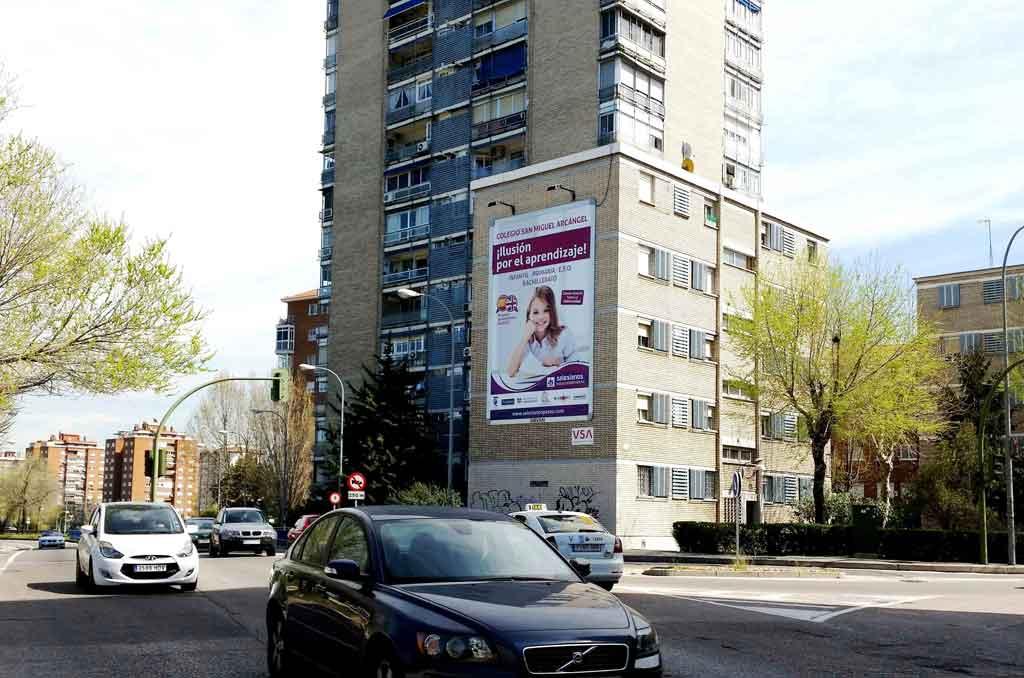Publicidad Exterior: Pym Medianera para el COLEGIO SALESIANO SAN MIGUEL ARCANGEL, colocado en la fachada de un edificio de Madrid