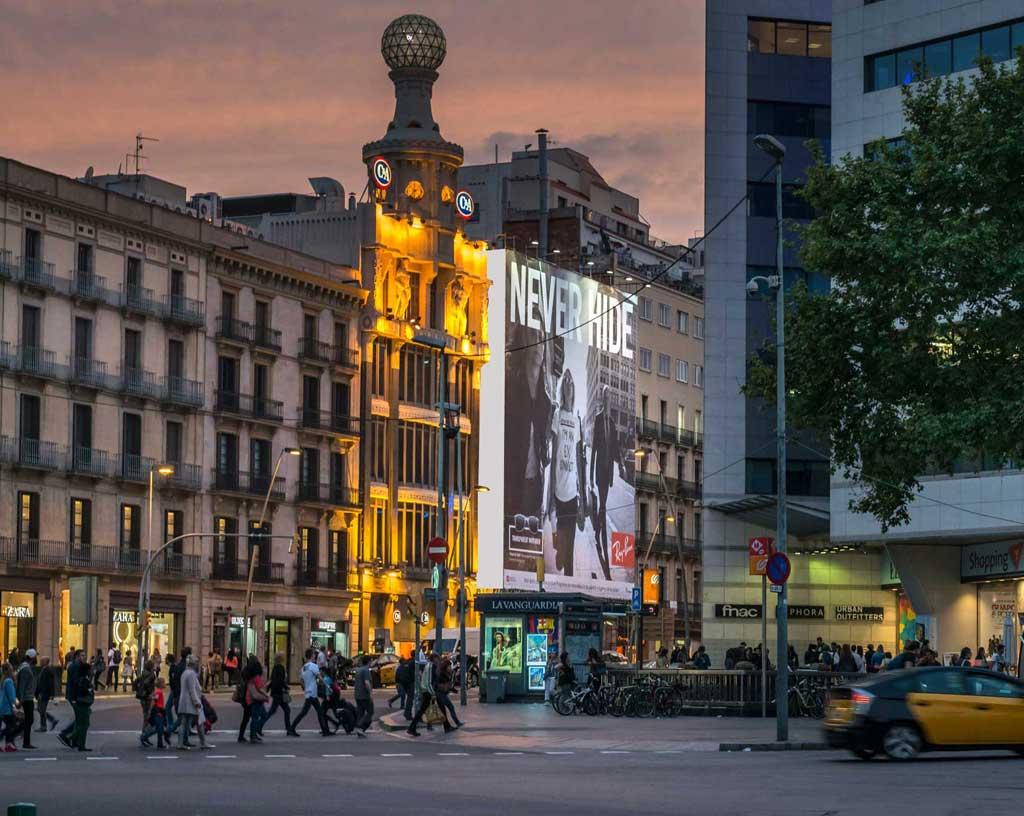 Publicidad exterior en edificios y en las ciudades for Oficinas de pelayo en barcelona
