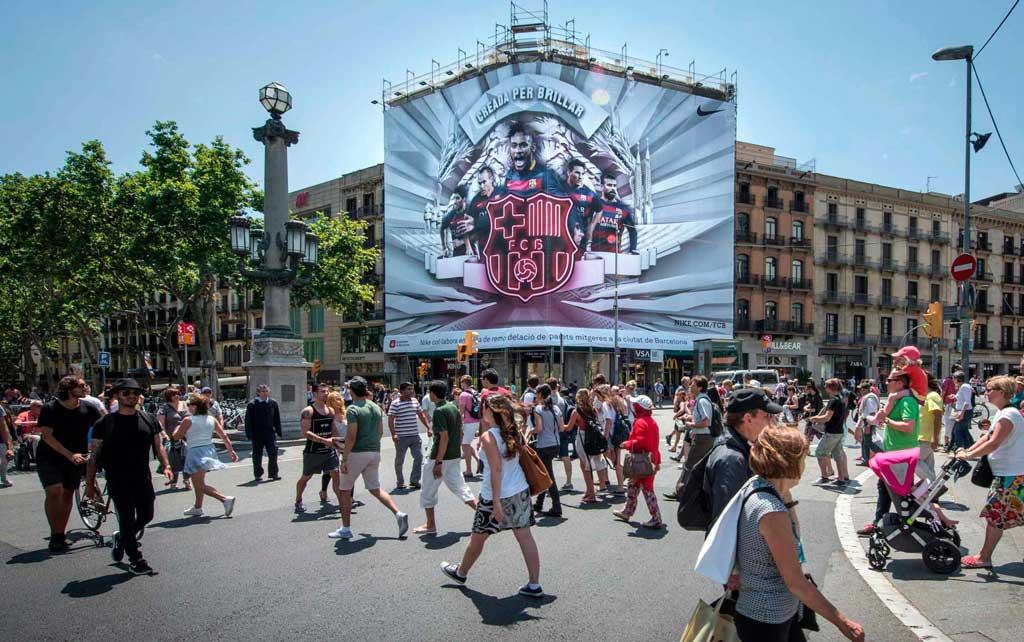lona-publicitaria-barcelona-nike-pelayo-dia-vsa-comunicacion