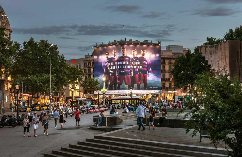 lona-publicitaria-barcelona-nike-pelayo-noche-vsa-comunicacion