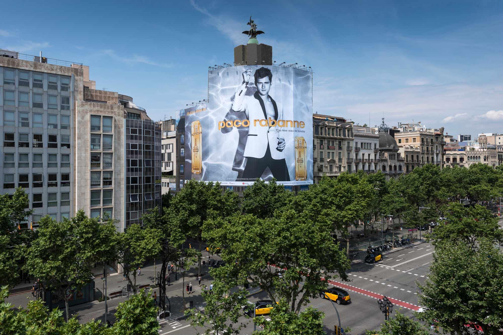 lona-publicitaria-barcelona-paco-rabanne-puig-paseo-de-gracia-vsa-comunicacion