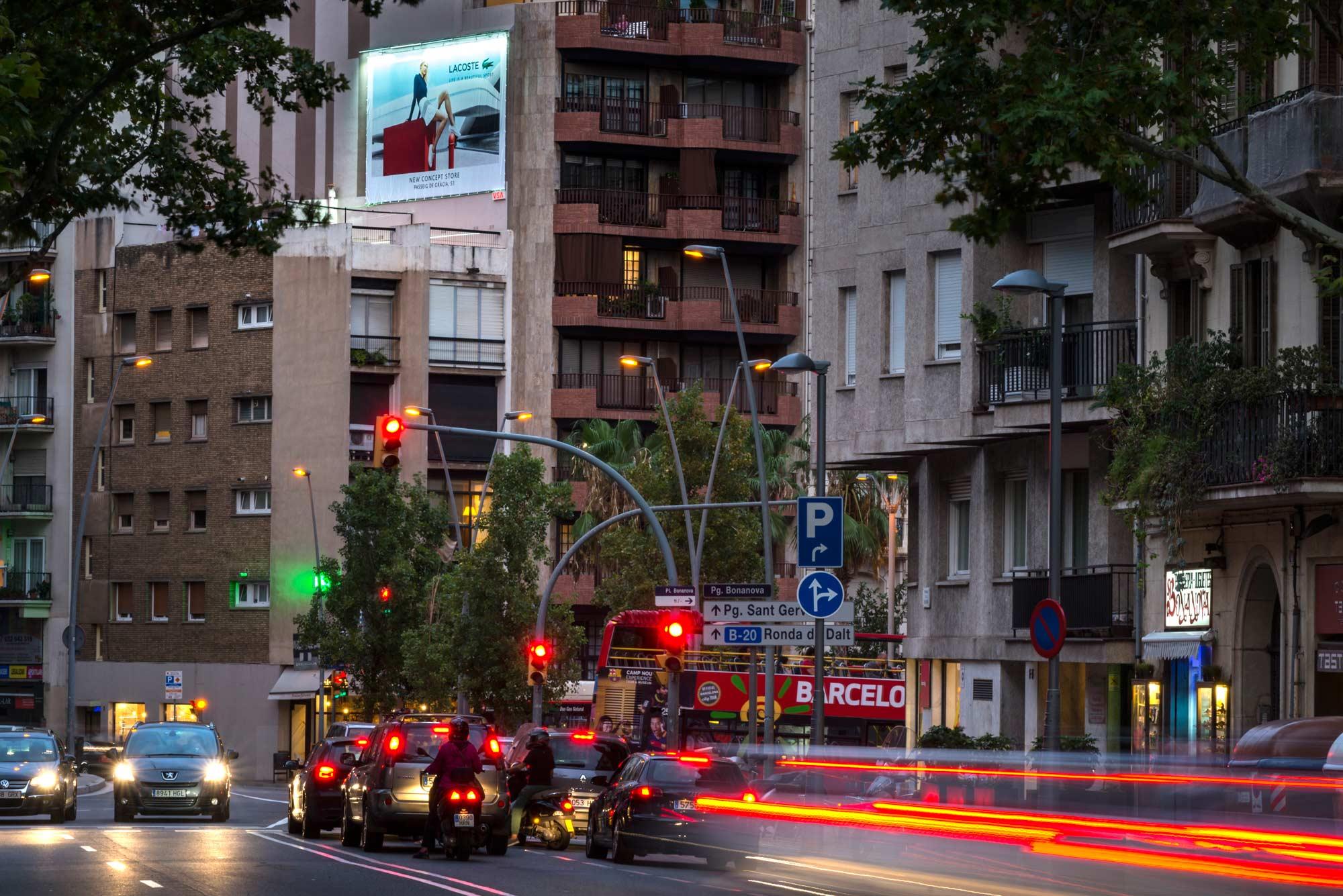 pym-medianera-publicidad-exterior-lacoste-noche-barcelona-vsa-comunicacion