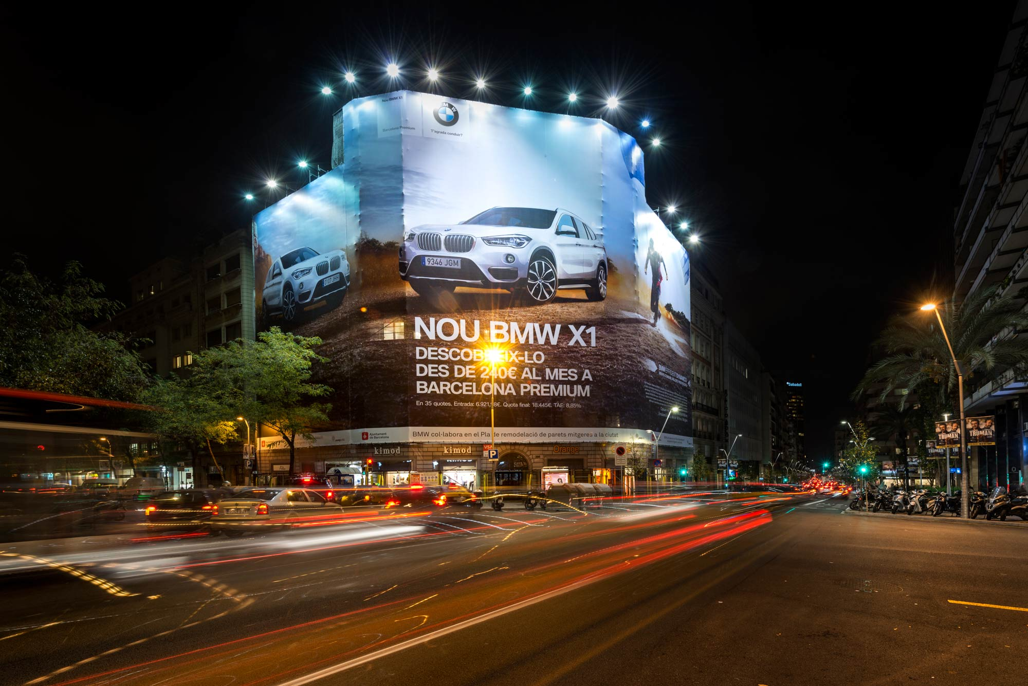 lona-publicitaria-barcelona-bmw-x1-balmes-206-noche-vsa-comunicacion