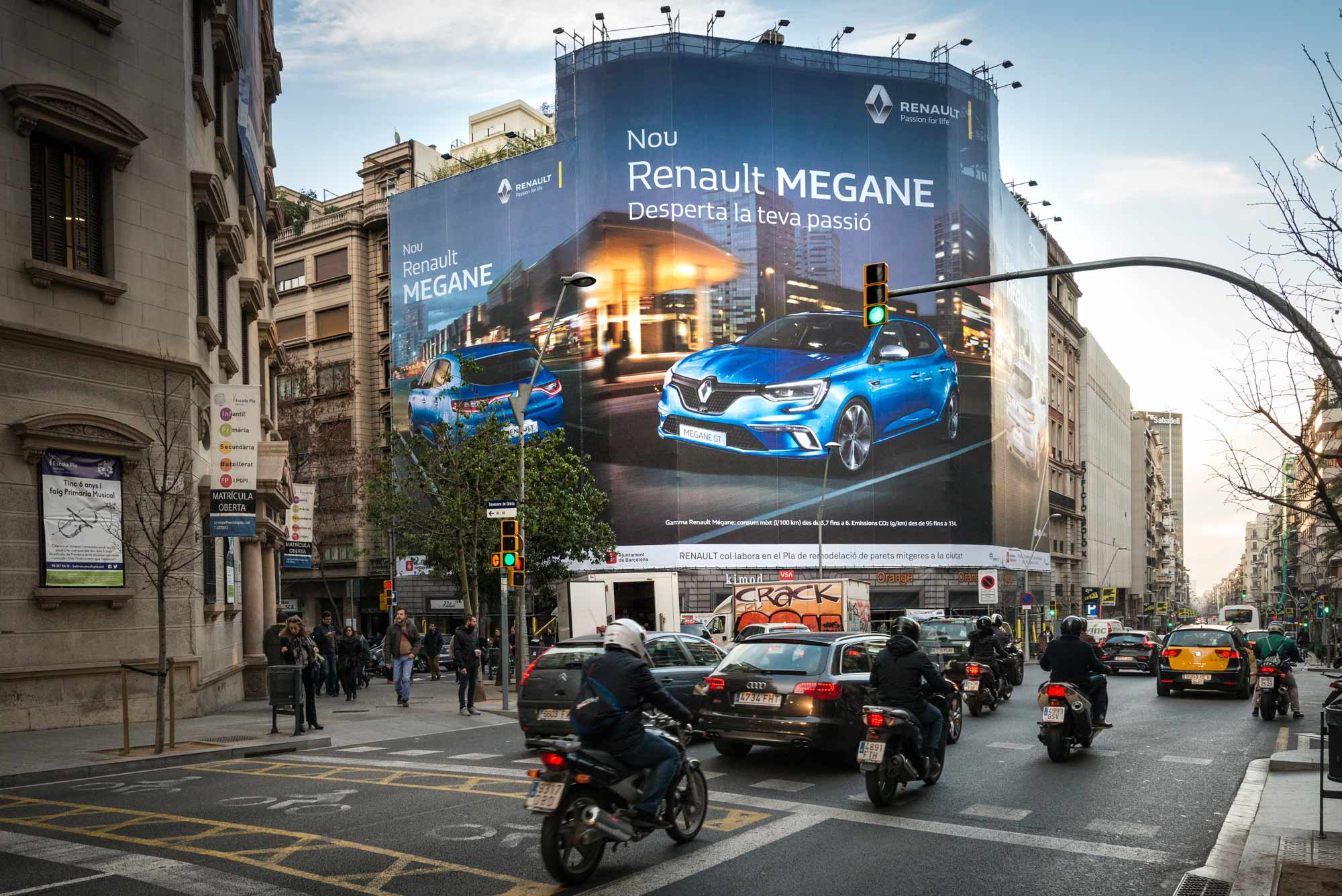 lona-publicitaria-barcelona-balmes-206-renault-megane-dia-vsa-comunicacion