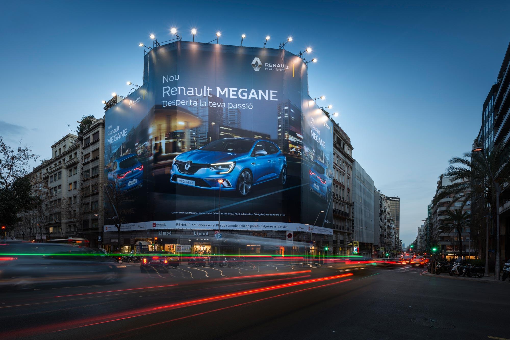 lona-publicitaria-barcelona-balmes-206-renault-megane-noche-vsa-comunicacion