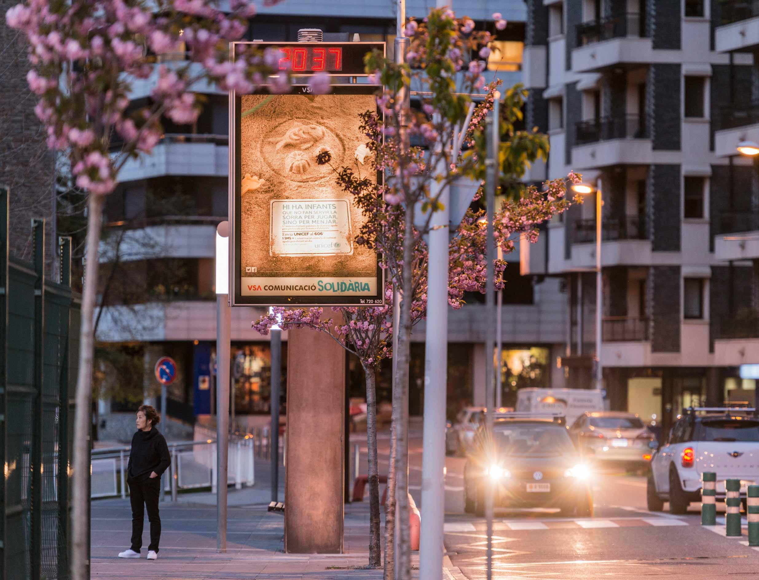 mobiliario-urbano-oppi-reloj-publicidad-exterior-unicef-andorra-rsc-vsa-comunicacion