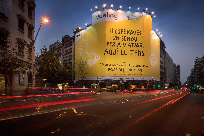 lona-publicitaria-barcelona-balmes-206-possible-by-vueling-vsa-comunicacion