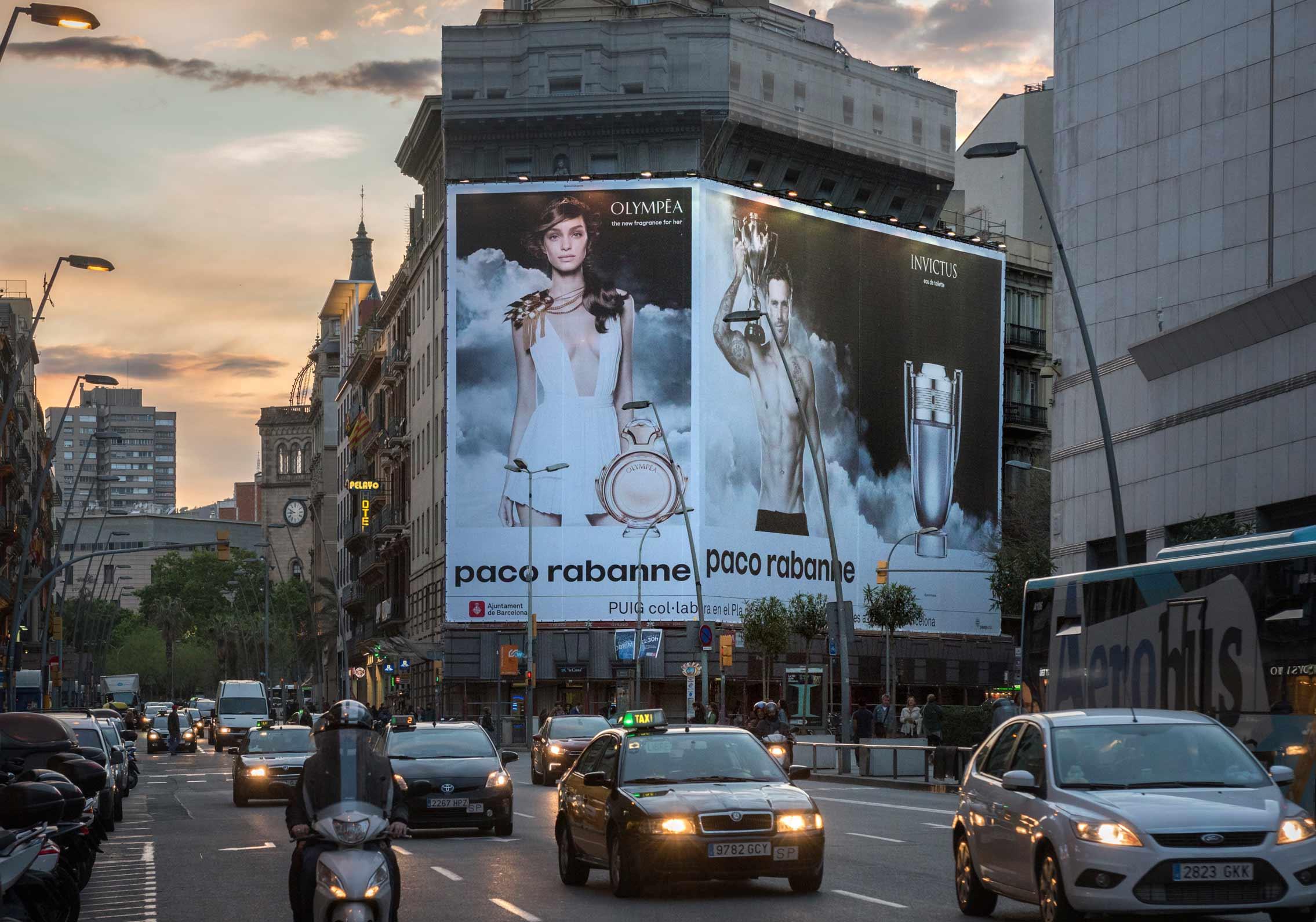 lona-publicitaria-barcelona-balmes-1-paco-rabanne-invictus-olympea-frontal-vsa-comunicacion