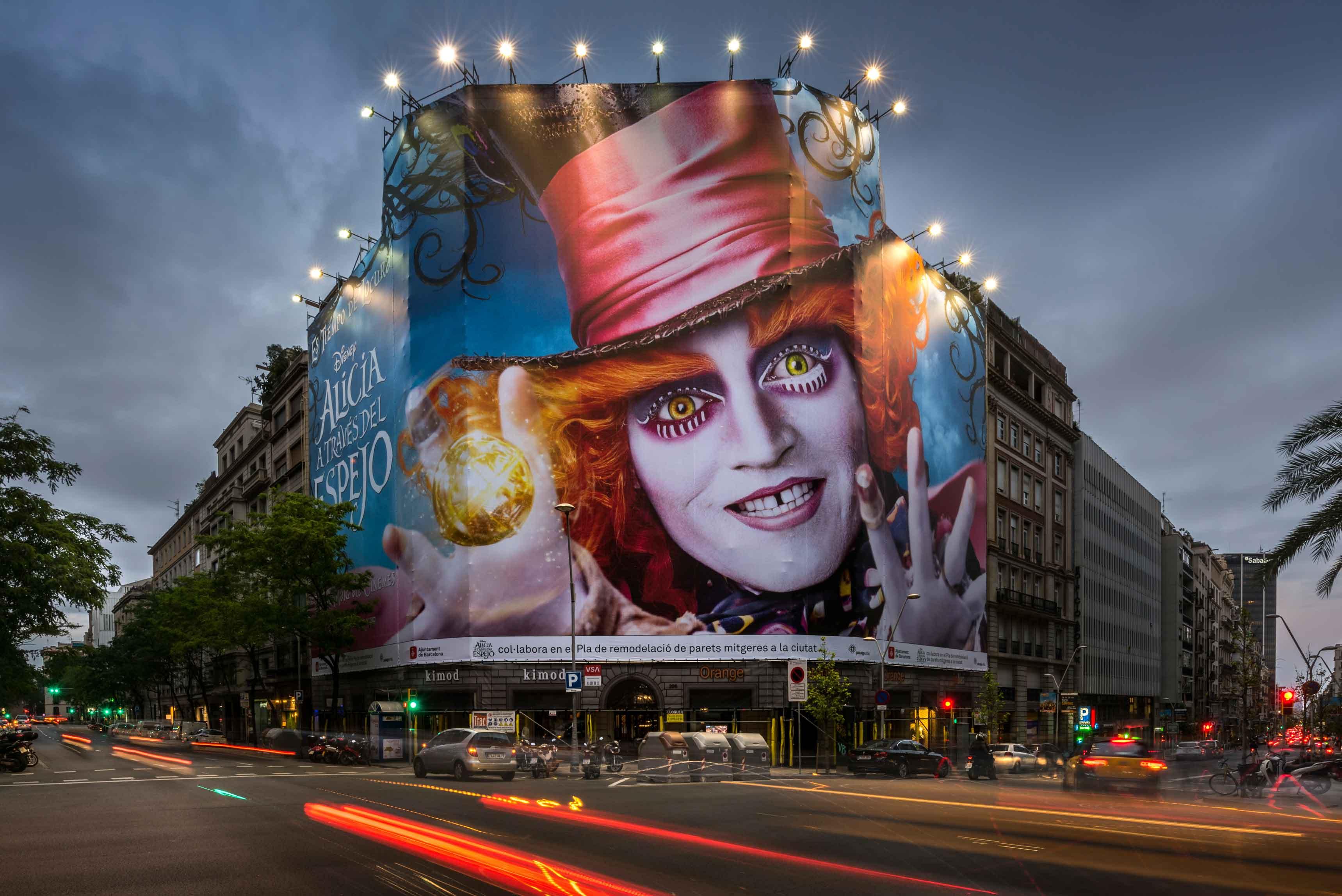 lona-publicitaria-barcelona-balmes-206-disney-alicia-a-traves-del-espejo-travessera-vsa-comunicacion