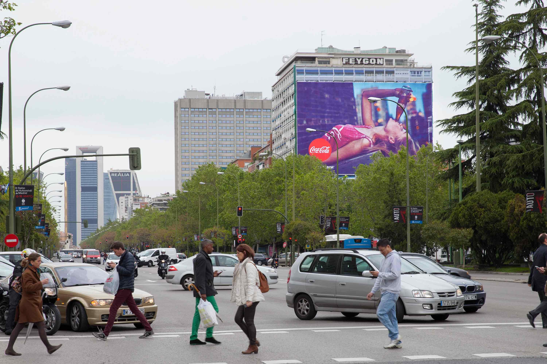 lona-publicitaria-madrid-paseo-castellana-144-feygon-sur-coca-cola-vsa-comunicacion