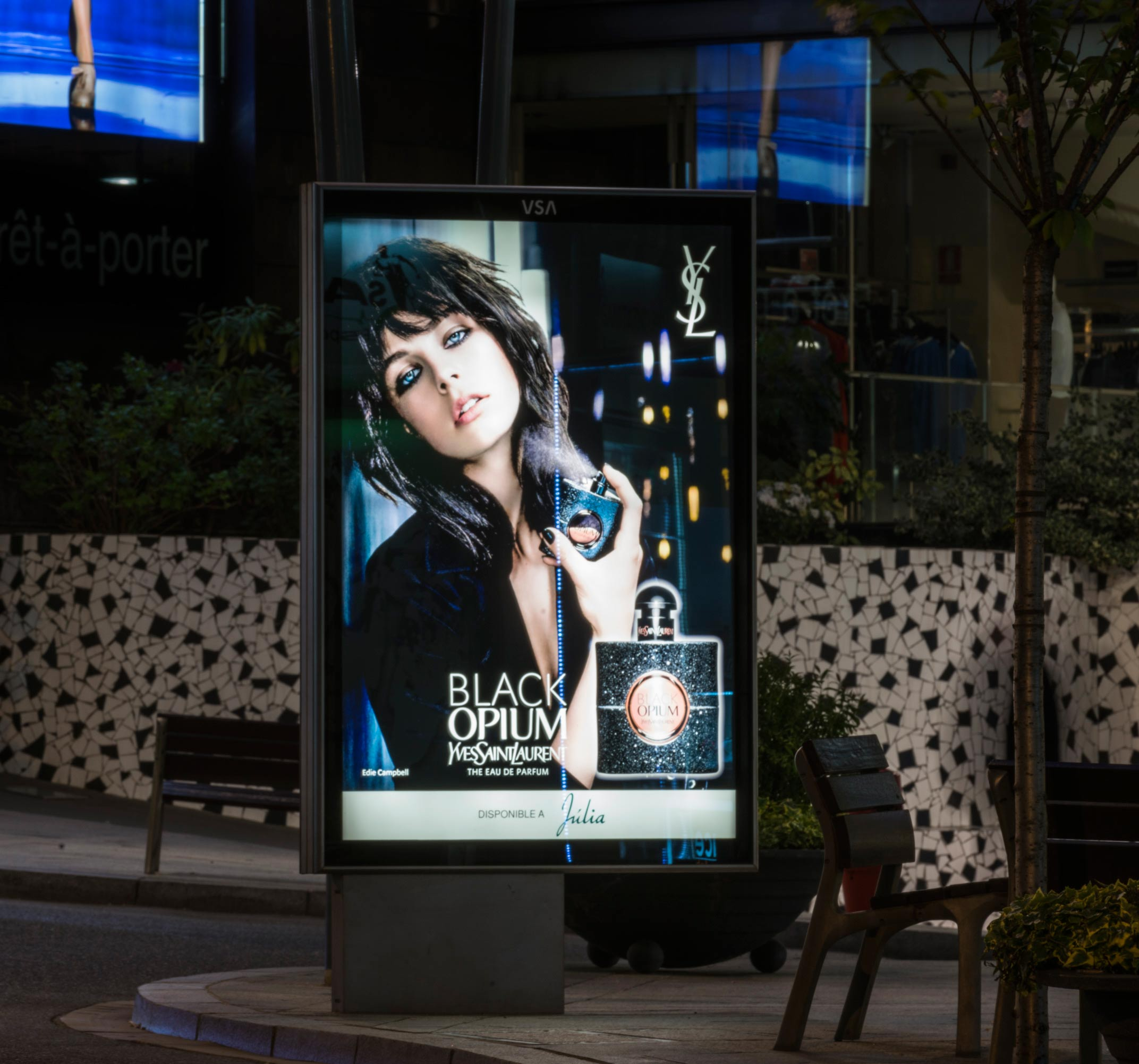 mobiliario-urbano-oppi-publicidad-exterior-black-opium-yves-saint-laurent-perfumerias-julia-andorra-vsa-comunicacion