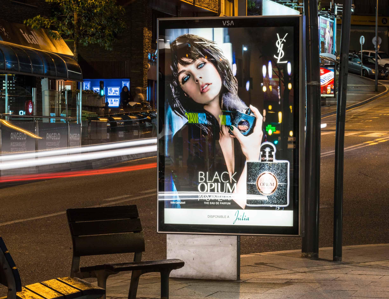 mobiliario-urbano-oppi-publicidad-exterior-black-opium-yves-saint-laurent-perfumerias-julia-noche-andorra-vsa-comunicacion