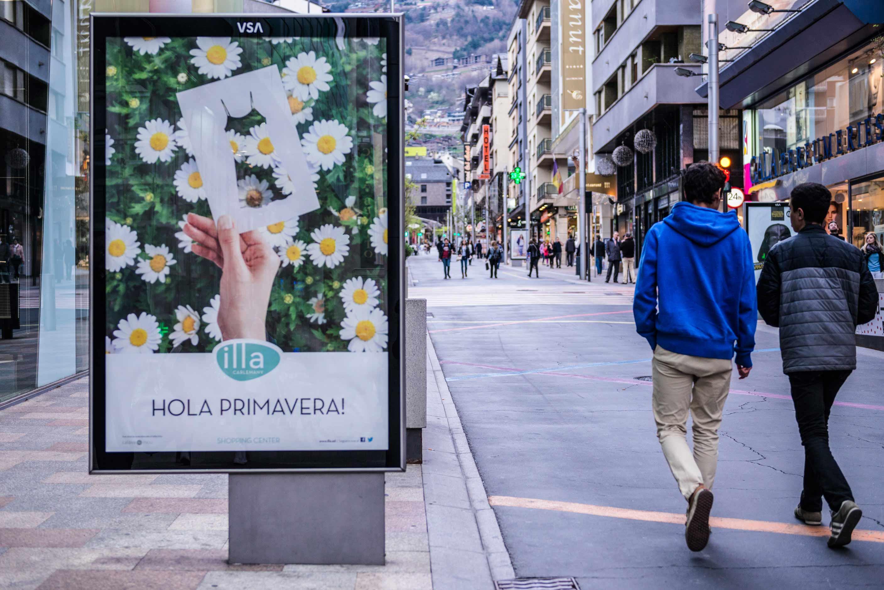 mobiliario-urbano-oppi-publicidad-exterior-centre-illa-carlemany-primavera-andorra-vsa-comunicacion
