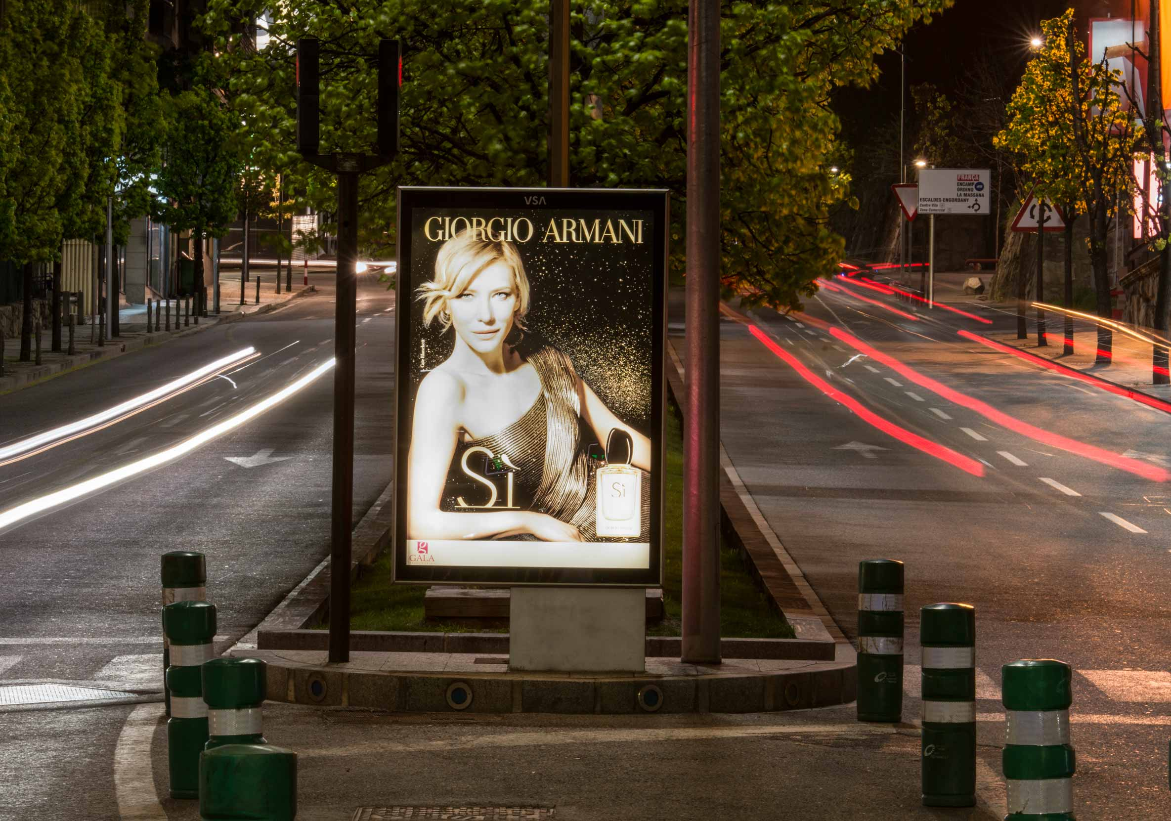 mobiliario-urbano-oppi-publicidad-exterior-perfumerias-gala-si-giorgio-armani-noche-andorra-vsa-comunicacion