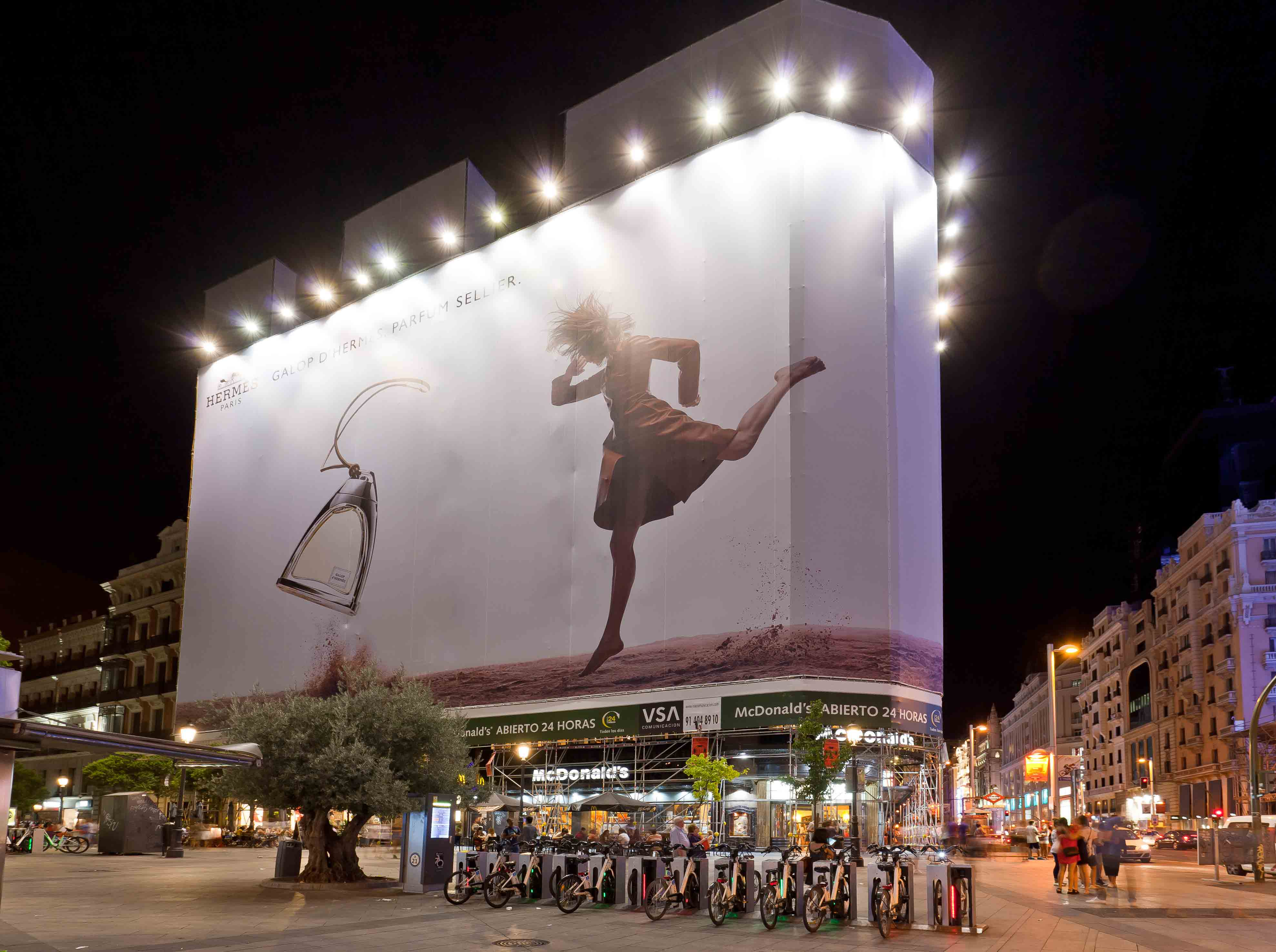 lona-publicitaria-madrid-montera-47-hermes-noche-vsa-comunicacion