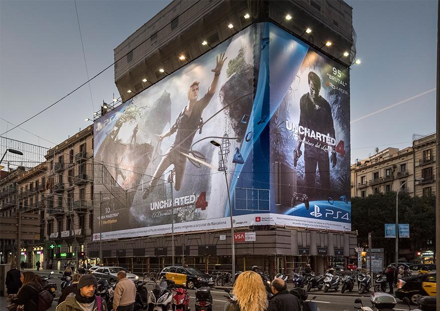 lona-publicitaria-barcelona-balmes-1-play-station-4-uncharted-4-vsa-comunicacion