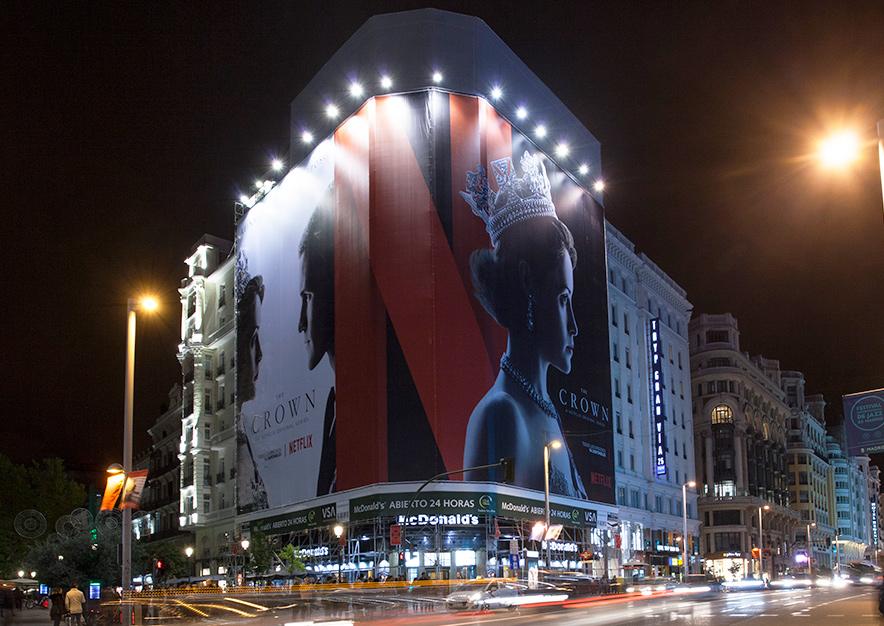 lona-publicitaria-madrid-montera-47-netflix-the-crown-noviembre-vsa-comunicacion