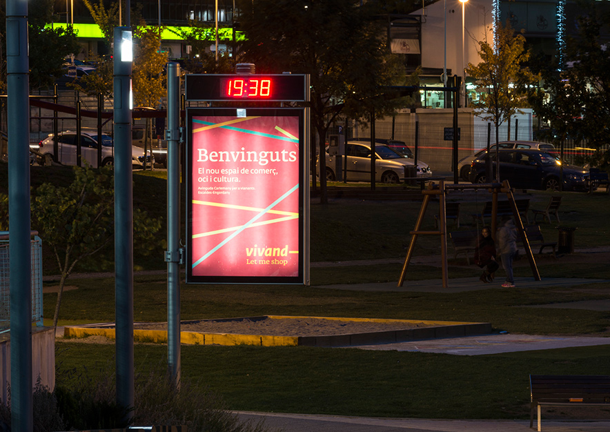 mobiliario-urbano-oppi-reloj-publicidad-exterior-vivand-escaldes-engordany-andorra-vsa-comunicacion