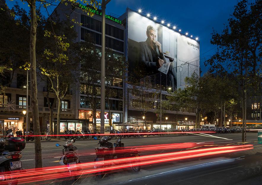 lona-publicitaria-barcelona-paseo-de-gracia-55-nespresso-vsa-comunicacion