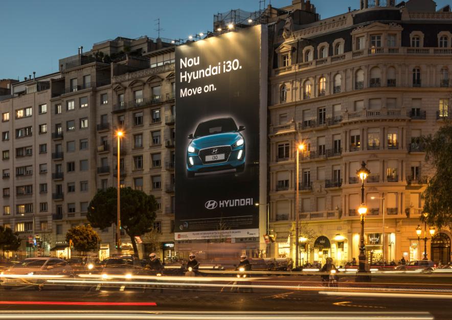 lona-publicitaria-barcelona-avenida-pau-casals-4-hyundai-i30-noche-vsa-comunicacion