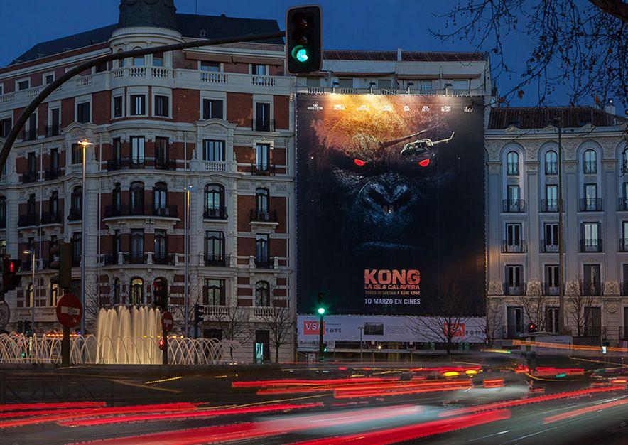 lona-publicitaria-madrid-plaza-alonso-martinez-6-kong-noche-vsa-comunicacion