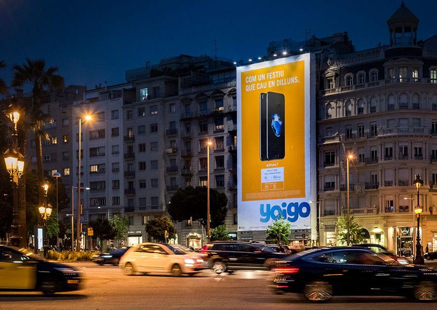 lona-publicitaria-barcelona-avenida-pau-casals-4-yoigo-noche-vsa-comunicacion