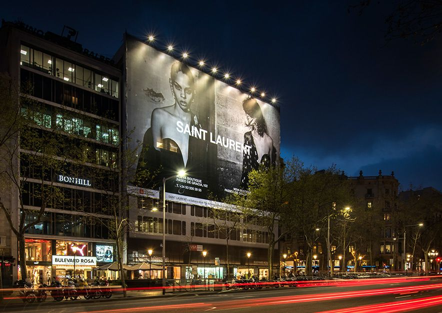 lona-publicitaria-barcelona-paseo-de-gracia-55-saint-laurent-noche-vsa-comunicacion