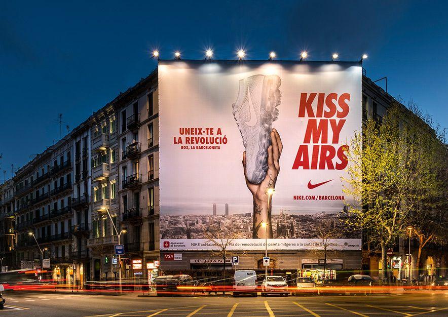 lona-publicitaria-barcelona-valencia-242-balmes-nike-noche-vsa-comunicacion
