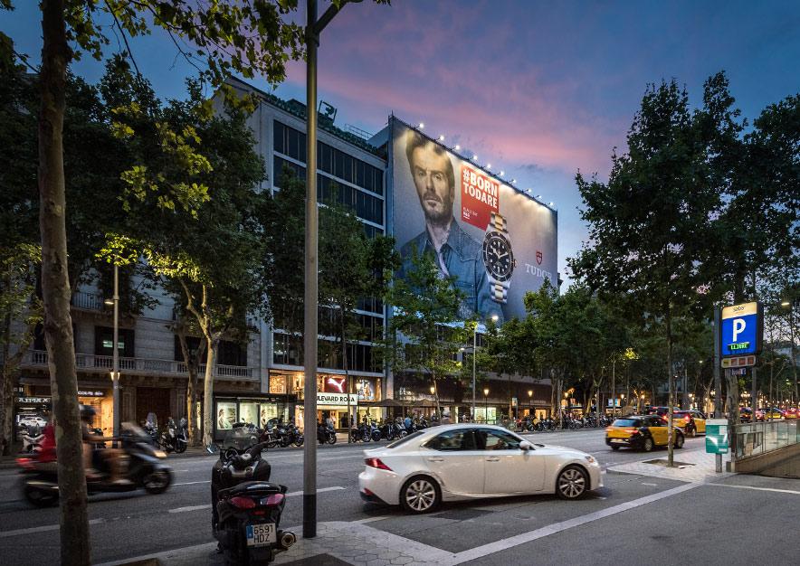 lona-publicitaria-barcelona-paseo-de-gracia-55-tudor-noche-vsa-comunicacion