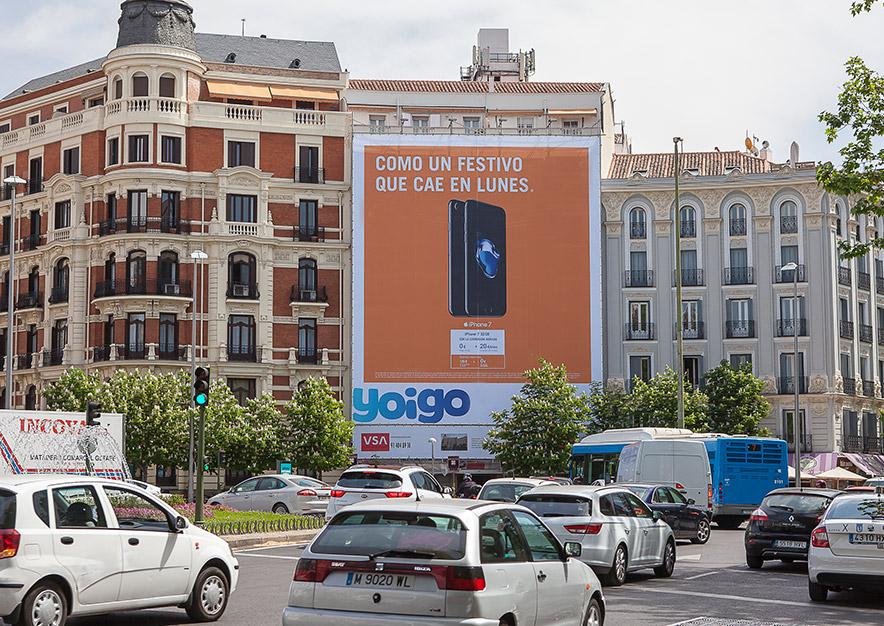 lona-publicitaria-madrid-plaza-alonso-martinez-6-yoigo-dia-vsa-comunicacion