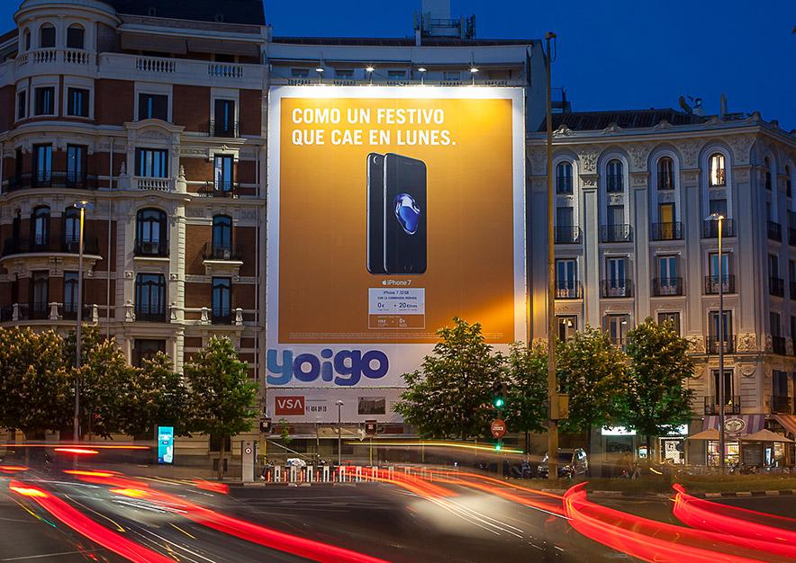 lona-publicitaria-madrid-plaza-alonso-martinez-6-yoigo-noche-vsa-comunicacion