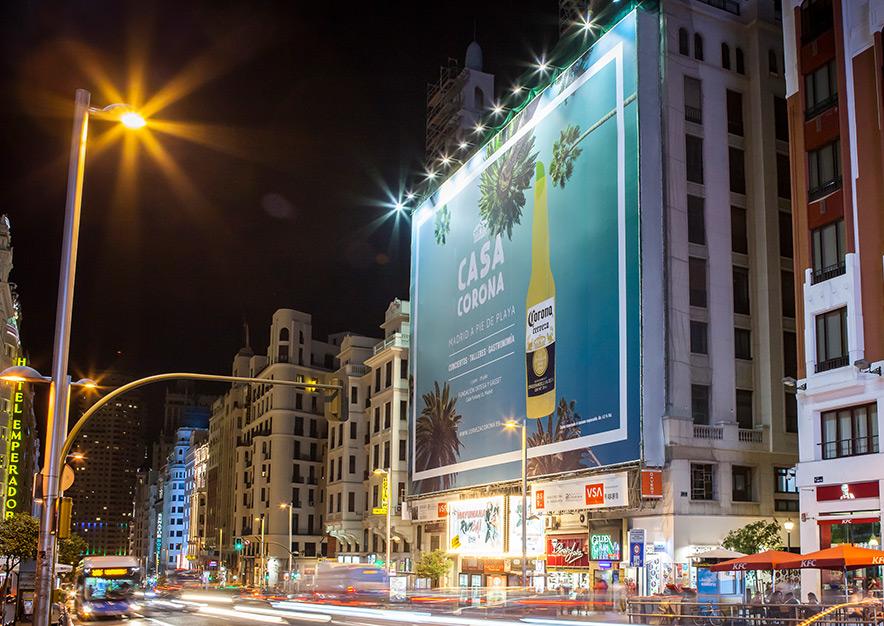 lona-publicitaria-madrid-gran-via-54-corona-noche-vsa-comunicacion