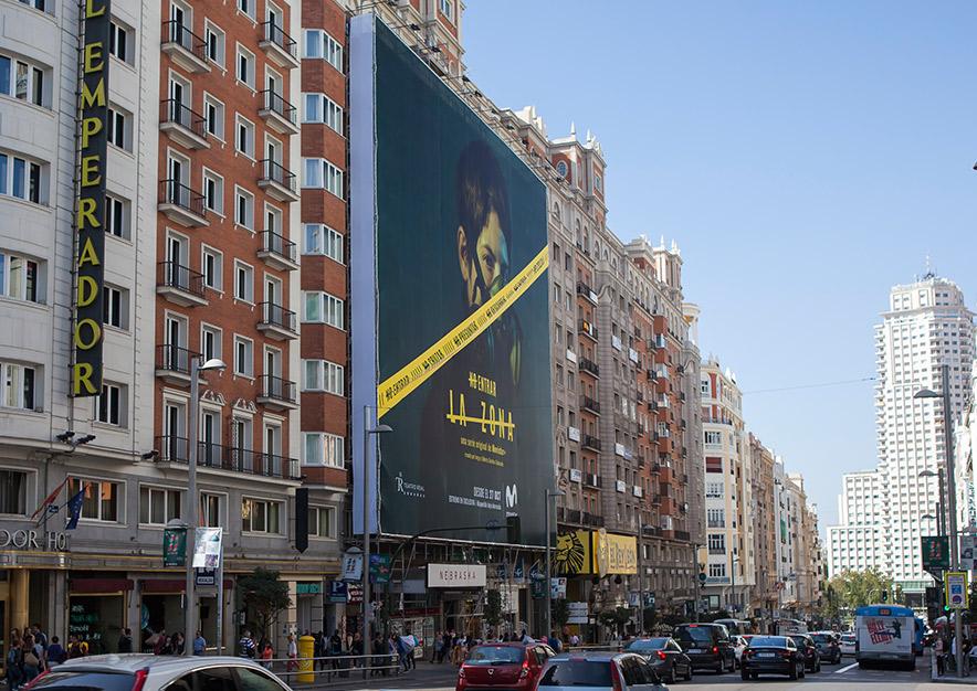 lona-publicitaria-madrid-gran-via-55-movistar-plus-la-zona-dia-vsa-comunicacion